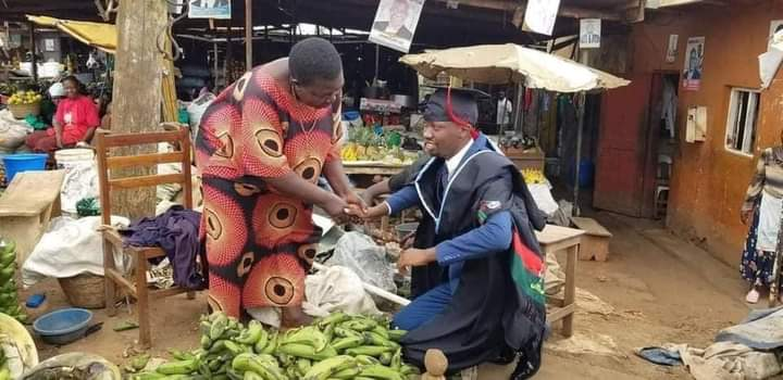 Young Graduate Goes To The Market To Worship His Hustling Mother 2 » Best Tech News, Gadgets, FinTech and Telco news.